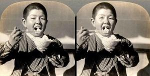Niño comiendo arroz